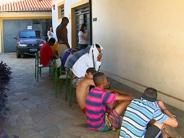 Polícia prendeu 21 suspeitos em operação em Santa Rita do Passa Quatro (SP).  (Foto: Reprodução/EPTV)