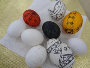 Ovos são pintados à  (Foto: Adriana Justi / G1)