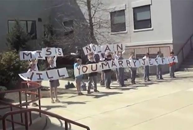 Alunos da quinta série de uma escola em Newtown Square ajudaram noivo a pedir a professora Nicole Nolan em casamento. (Foto: Reprodução)