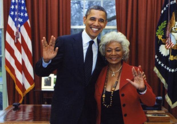 Ao lado de Nichelle Nichols, o presidente Barack Obama faz a 'saudação vulcana' (Foto: Reprodução)