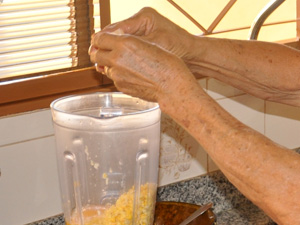 Batendo milho e leite no liquidificador para receita de sopa paraguaia (Foto: Anderson Viegas/G1 MS)