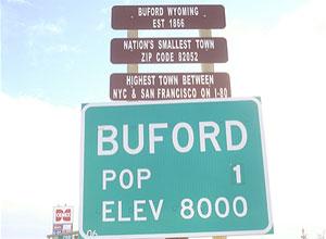 Placa indica que população da cidade é de apenas uma pessoa (Foto: Reprodução/Williams & Williams)