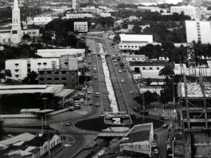 Antes, passava um córrego no meio da Avenida Prainha. (Foto: Secom/MT)