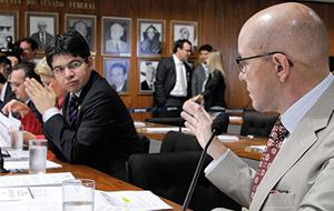 Demóstenes fala com Randolfe em comissão no Senado; ao fundo, o senador Pedro Taques (Foto: Agência Senado)