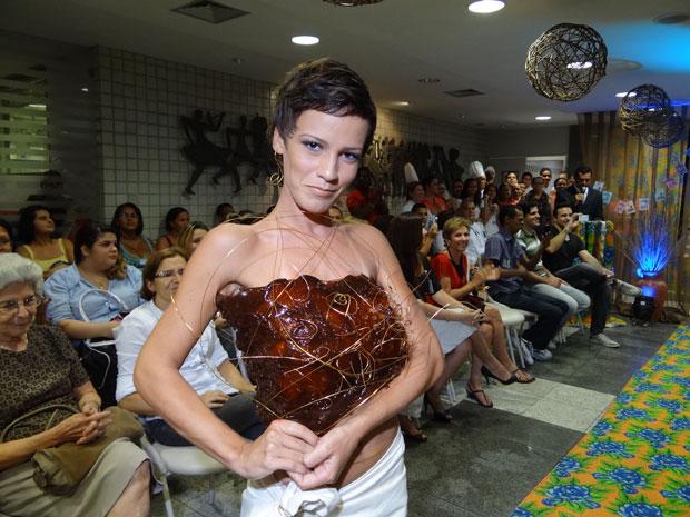 Desfile mostra peças feitas com chocolate e açúcar (Foto: Luna Markman / G1)