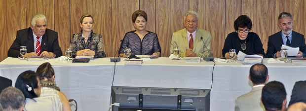 A presidente Dilma Rousseff (ao centro) em reunião ordinária do Fórum Brasileiro de Mudanças Climáticas, no Palácio do Planalto; da esq. para a dir., os ministros Marco Antonio Raupp (Ciência e Tecnologia), Gleisi Hoffmann (Casa Civil); o secretário executivo do fórum, Luiz Pinguelli Rosa; e os ministros Izabella Teixeira (Meio Ambiente) e Antonio Patriota (Relações Exteriores) (Foto: José Cruz  / Agência Brasil)