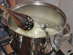 Dourando a cebola no óleo para receita de sopa paraguaia (Foto: Anderson Viegas/G1 MS)