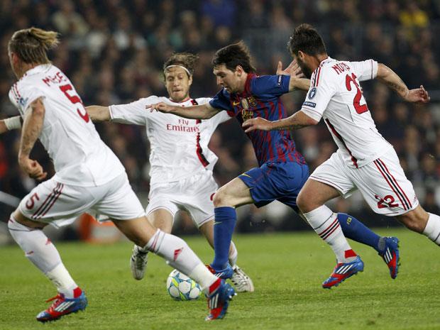 Os dribles curtos do argentino Lionel Messi entre os zagueiros adversários são uma prova de raciocínio rápido (Foto: Reuters/Giampiero Sposito)