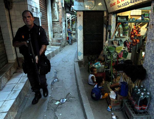 Policial em patrulhamento na Rocinha nesta quarta-feira (Foto: Domingos Peixoto/AE)