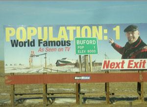 Don Sammons, dono da 'menor cidade dos EUA', é retratado em outdoor sobre Buford (Foto: Reprodução/Williams & Williams)