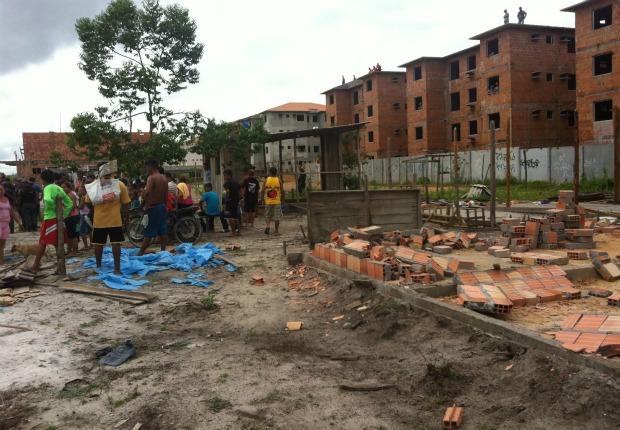 30 famílias foram retiradas do local (Foto: Ana Graziela Maia/G1)