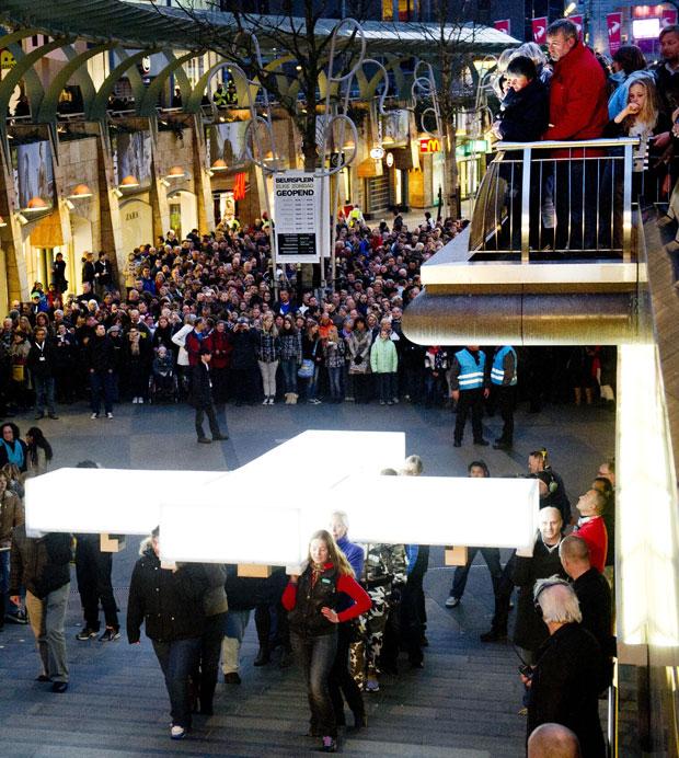Multidão acompanha a procissão relembrando a Via Crucis (Foto: AFP/Kippa Robin/ANP)