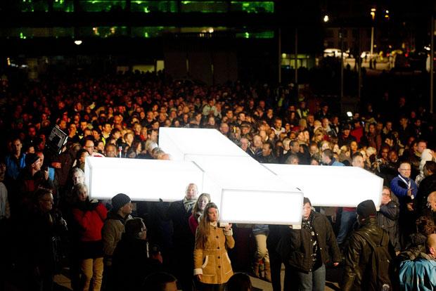 Cruz é carregada por fiéis em Roterdã, na Holanda (Foto: AFP/Kippa Robin/ANP)