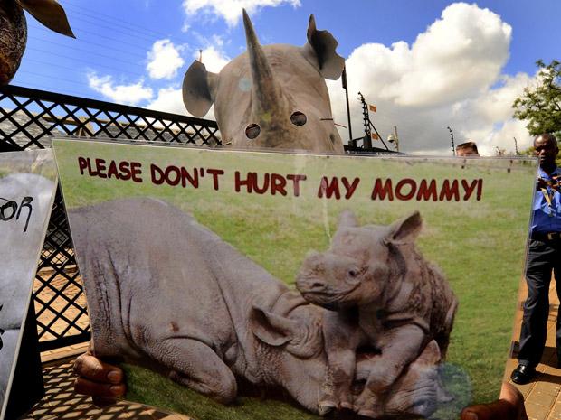 Ativistas protestaram contra a caça de rinocerontes em Pretoria, na África do Sul, em 29 de março. Quatro funcionários do Parque Nacional Kruger foram presos suspeitos de matar os animais e vender os chifres para criminosos. (Foto: REUTERS / Stringer)