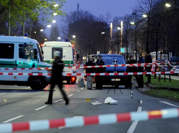 Policiais no local do tiroteio desta quinta-feira (5) em Berlim, na Alemanha (Foto: AFP)