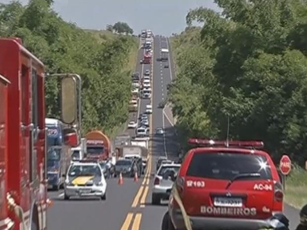 O trânsito chegou a ser interditado no local do acidente.  (Foto: reprodução/TV Tem)
