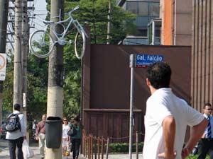 'Bicicleta-fantasma' pendurada em poste em 2007: ciclistas protestam contra atropelamentos e pedem respeito à distância mínima (Foto: Arquivo/Daniel Santini/G1)