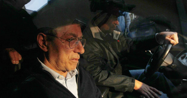 Umberto Bossi deixa a sede da Liga Norte após reunião nesta quinta-feira (5) em Milão (Foto: AP)