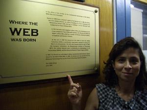 Carmen Maidantchik mostra onde nasceu a WWW, dentro do Cern (Foto: Arquivo pessoal)