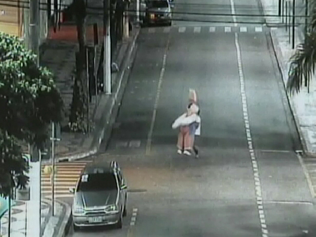 Estudante rouba coelho de pelúcia que decorava praça de Volta Redonda para a Páscoa (Foto: Reprodução / TV Globo)