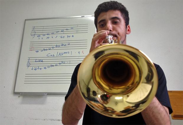 Danilo Araújo, de 24 anos, estuda música e toca trompete, guia de carreiras (Foto: Ana Carolina Moreno/G1)