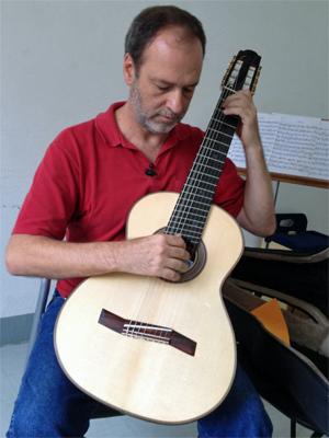 Everton Gloeden é professor de violão e músico premiado com um Grammy Latino (Foto: Ana Carolina Moreno/G1)