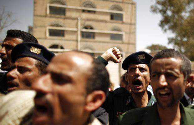 Policiais gritam em protesto por melhores salários na capital iemenita no dia 27 e março (Foto: Khaled Abdullah/Reuters)