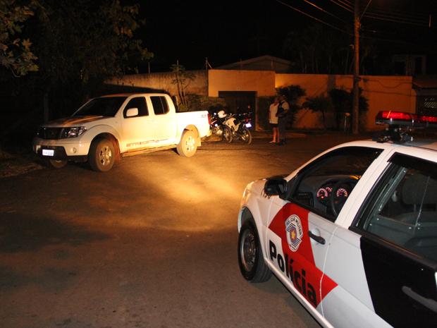 Homens abandonaram caminhonete com os produtos roubados da casa.  (Foto: Maurício Duch)