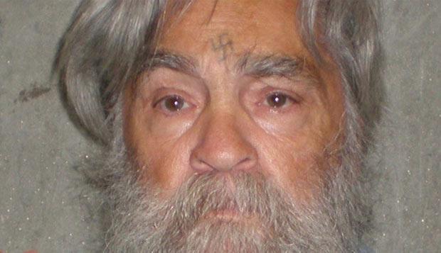 Foto divulgada pelo Departamento de Correções da Califórnia mostra o serial killer Charles Manson nesta quarta-feira (4). Manson, hoje com 77 anos, vai ser ouvido em 11 de abril em uma audiência para definir se ele poderá ter liberdade condicional. Ele já teve a condicional negada 11 vezes, a última em 2007, e segue preso em Corcoran. Líder de uma seita, Manson foi condenado à prisão perpétua pelo assassinato de Sharon Tate, então mulher do diretor Roman Polanski, e de outras seis pessoas   (Foto: AP)