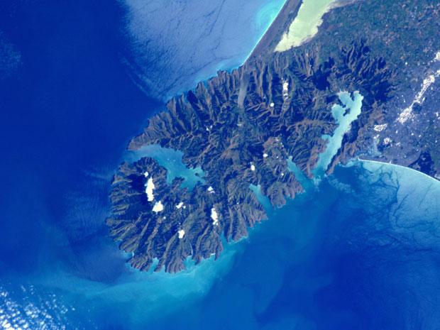 A foto tirada pelo astronauta holandês Andre Kuipers, a bordo da Estação Espacial Internacional (ISS, na sigla em inglês) mostra as proximidades de Christchurch, na Ilha Sul da Nova Zelândia. A imagem mostra a região no sentido contrário que vemos no mapa – a parte de cima representa o sul. Kuipers postou a foto no Twitter e escreveu, em inglês e em holandês, que a região representada é boa para quem gosta de esportes de aventura (Foto: ESA/Nasa)