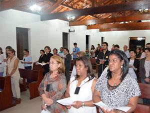 Público acompanha cerimônica no mosteiro. (Foto: Tiago Campos/G1)