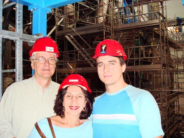 Rodrigo Coura Torres levou os pais para uma visita à estrutura do Cern (Foto: Arquivo pessoal)