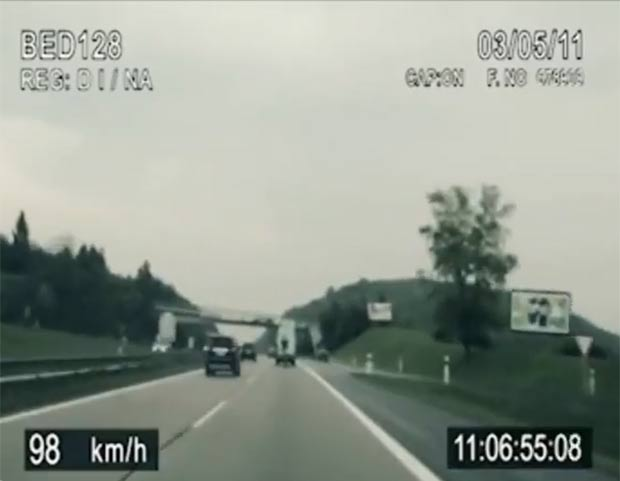 Ciclista, usou o vácuo de uma van para alcançar a velocidade. (Foto: Reprodução/YouTube)