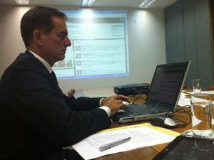 O embaixador Tovar Nunes responde a perguntas pelo Twitter (Foto: Divulgação / MRE)