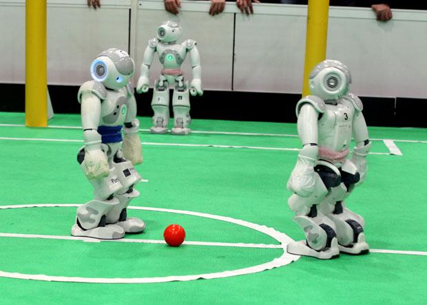 Robôs participam de campeonato de futebol no Irã (Foto: Atta Kenare/AFP)