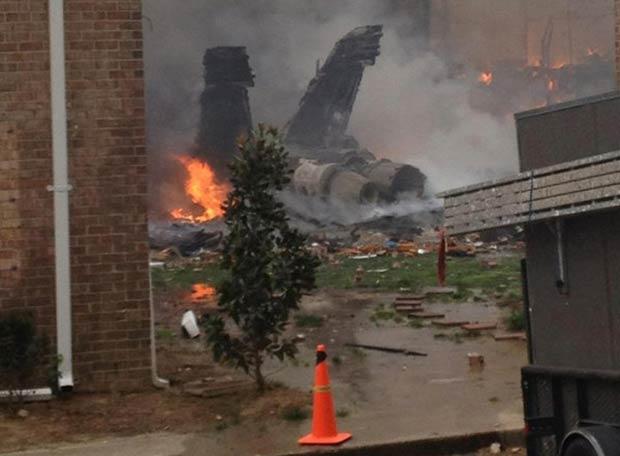 Destroços do avião vistos logo após a queda nesta sexta-feira (6) em Virginia Beach (Foto: AP)