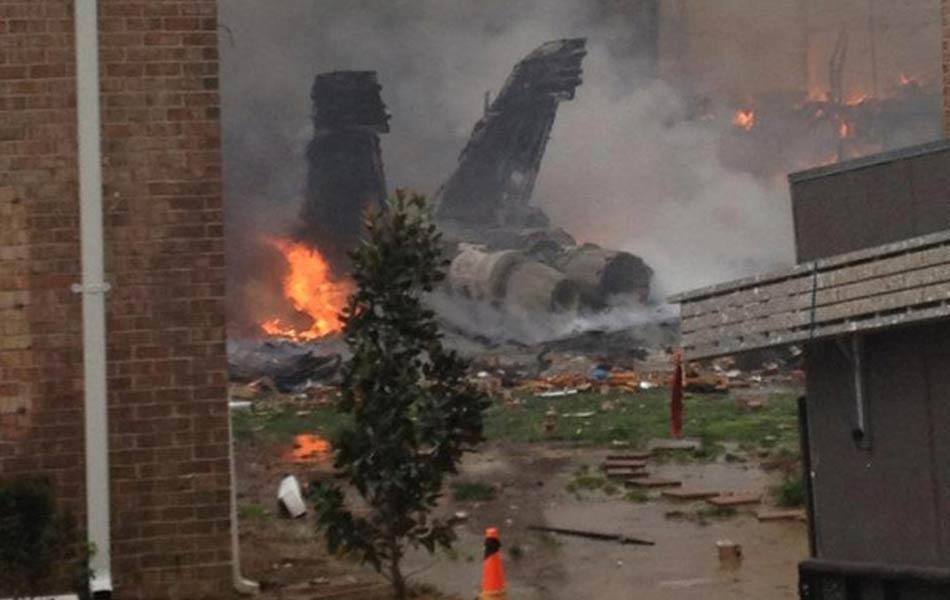 Destroços do avião ainda em chamas. O caça F-18 da Marinha dos EUA bateu em um prédio de apartamentos próximo a Virginia Beach, no estado da Virgínia