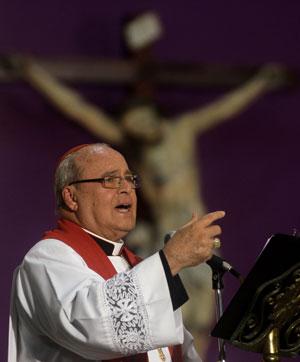 O cardeal Jaime Ortega se dirige a fiéis em missa desta Sexta-feira Santa em Havana (Foto: Reuters/Stringer)