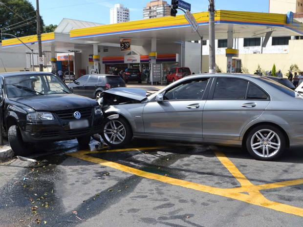 Uma Mercedes – Benz e um Gol se envolveram um acidente no cruzamento da Avenida Juscelino Kubitschek com a Rua Clodomiro Amazonas, na região do Itaim Bibi, na Zona Sul de São Paulo, por volta das 7h desta sexta-feira (6). De acordo com a Companhia de Engenharia de Tráfego (CET), uma pessoa ficou ferida e foi levada para o Hospital das Clínicas. A via estava liberada por volta das 12h (Foto: N. Rodrigues/AE)