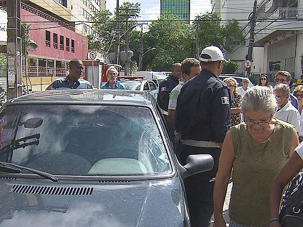 Homem com sinais de embriaguez invade procissão no Recife (Foto: Reprodução / TV Globo)