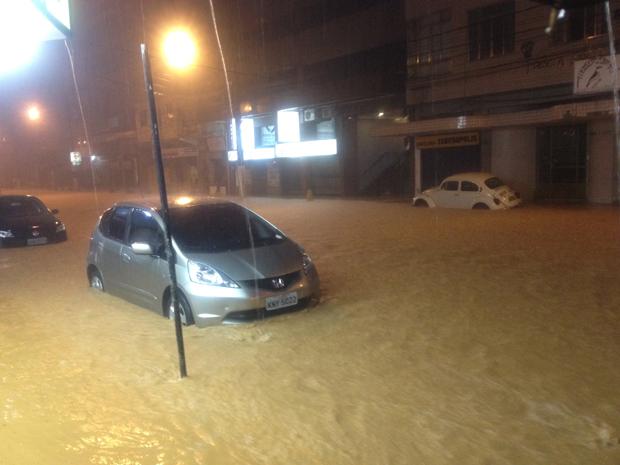 Temporal deixa ruas alagadas em Teresópolis (Foto: Isaac Duarte/VC no G1)