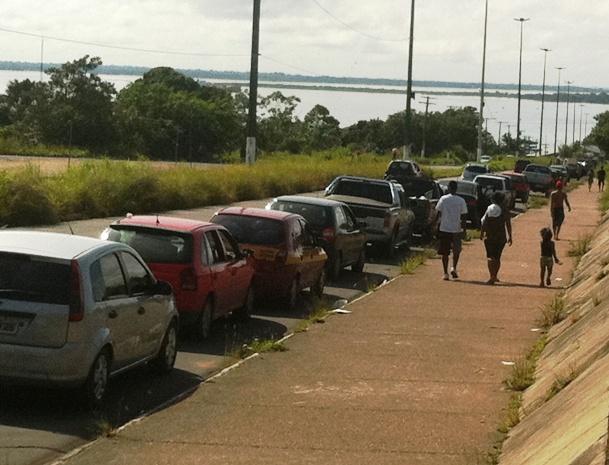 Por volta de 9h, havia cerca de 220 veículos na fila de embarque da travessia do Rio Amazonas (Foto: Carlos Eduardo Matos/G1 AM)