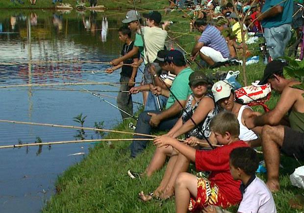 Pescadores garantem o almoço da Sexta-Feira da Paixão em Cravinhos, SP (Foto: Reprodução EPTV)