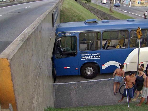 Ônibus fica entalado sob passagem de via expressa (Foto: Reprodução/TVTribuna.com)