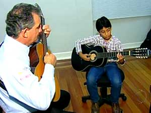 Lucas, de 10 anos, no deixa a viola de lado (Foto: Reproduo/TV Integrao)