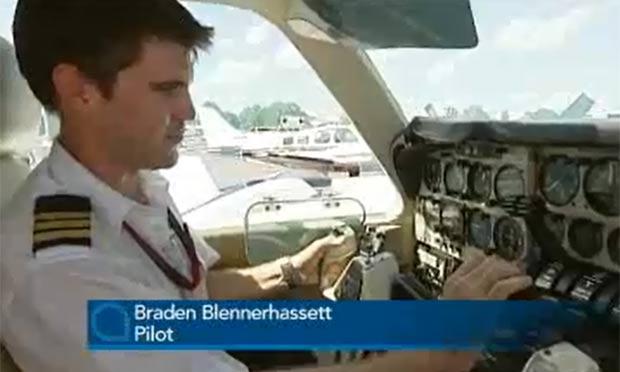 Braden Blennerhassett foi forçado a voltar ao aerporto após cobra aparecer no avião. (Foto: Reprodução)