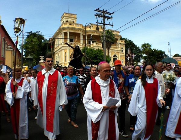 Via Sacra contou com a participação do arcebispo de Manaus, Dom Luiz Soares Vieira (Foto: Girlene Medeiros/G1AM)