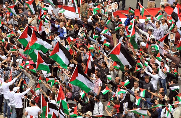 Em Damasco, milhares celebraram o 65º aniversário de partido do governo. (Foto: Louai Beshara/AFP)