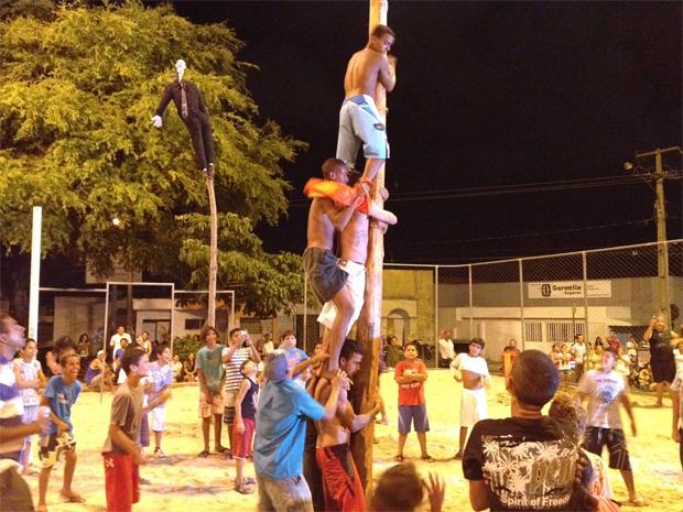 Crianças e adultos se divertiram com pau de sebo antes da malhação do Judas (Foto: Walter Paparazzo/G1)