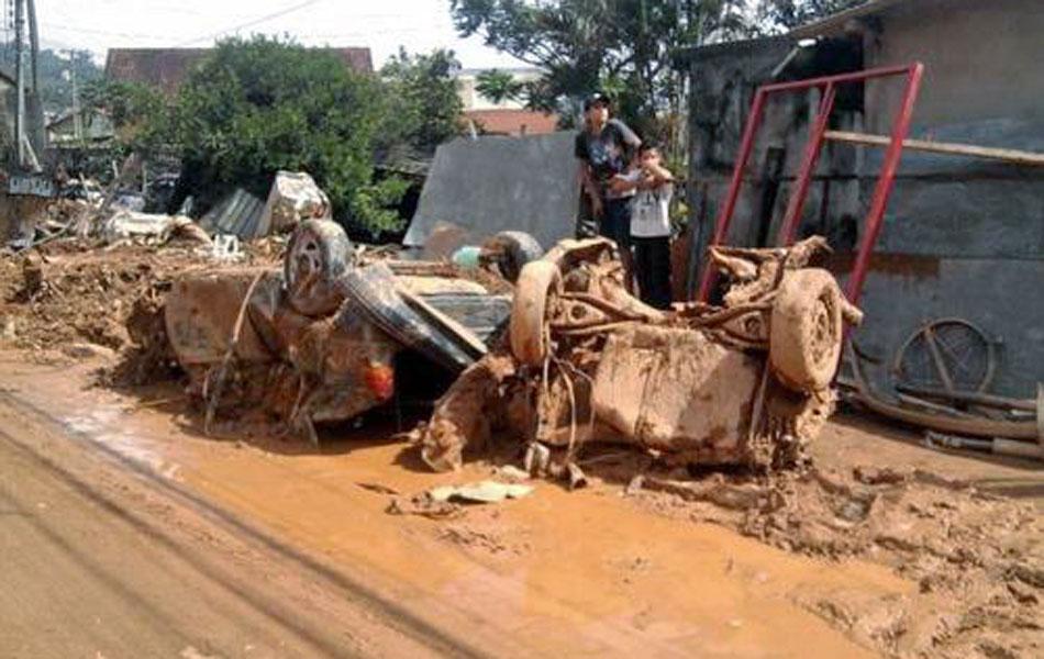 Lama atingiu casas e carros em Teresópolis